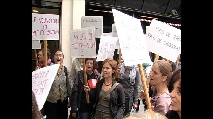 Des enseignants devant Libération En Manif de Droite